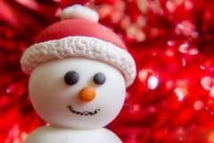 Boneco de neve que veste o chapéu de Santa Fotografia de Stock Royalty Free
