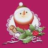Boneco de neve Queque com doces do chocolate e ramo do Natal do azevinho Imagem de Stock