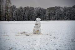 Boneco de neve só em um parque coberto de neve Imagem de Stock