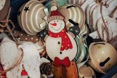 Bonecos de neve de madeira das estatuetas da árvore de Natal Foto de Stock