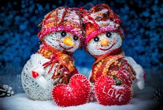 Bonecos de neve do amor snowfall Conceito do amor Cartão do dia do `s do Valentim Fotografia de Stock Royalty Free