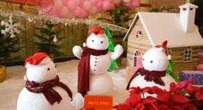 Bonecos de neve e casa da neve Fotografia de Stock Royalty Free