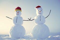 Bonecos de neve engraçados Pares do boneco de neve exteriores Fotografia de Stock