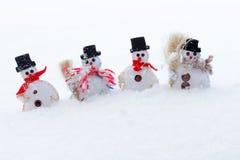 Bonecos de neve na neve fria Fotografia de Stock