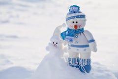 Bonecos de neve pequenos na neve Fotografia de Stock
