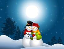 Bonecos de neve que abraçam na neve Fotos de Stock Royalty Free