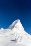 Bonecos de neve que escalam acima uma montanha gelada Foto de Stock Royalty Free