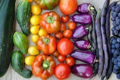Bonen, druiven, tomaten, peper, courgette, komkommer op lichte houten oppervlakte Royalty-vrije Stock Fotografie