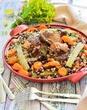 Bonen met groenten en vlees op een plaat Stock Afbeeldingen