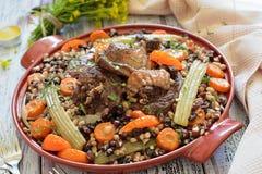 Bonen met groenten en vlees op een plaat Stock Fotografie