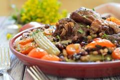 Bonen met groenten en vlees op een plaat Royalty-vrije Stock Afbeeldingen