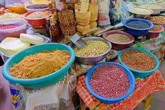 Bonen, noten, graan en zaden bij een landbouwersmarkt in Villarrica, Paraguay royalty-vrije stock foto's