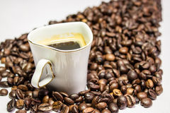 Bonen van de koffie de kop omringde koffie in de vorm van stijgende pijlen Royalty-vrije Stock Foto