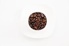 Bonen van de kop de volledige koffie op een witte achtergrond Royalty-vrije Stock Foto's