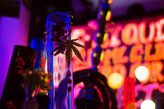 Bong en gouden marihuanablad in winkelvenster royalty-vrije stock foto's