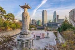 Bongeunsa tempel av i stadens centrum horisont i den Seoul staden, Sydkorea Royaltyfri Fotografi