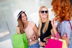 Bonheur, amis, achats et jeunes femmes de concept-sourire d'amusement avec des sacs ? provisions photo libre de droits
