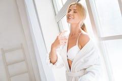 Bonheur blond décontracté de sentiment après douche Photos libres de droits