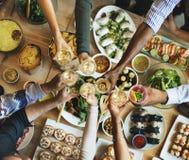 Bonheur d'amis appréciant le concept de consommation de Dinning Photo libre de droits