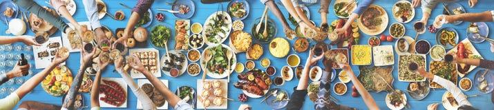 Bonheur d'amis appréciant le concept de consommation de Dinning Image stock