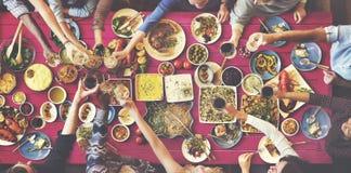 Bonheur d'amis appréciant le concept de consommation de Dinning Photos libres de droits