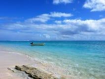 Bonheur dans le paradis - les eaux bleues tranquilles outre de l'île de mystère Images stock