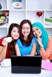Bonheur dans une amitié entre trois belles femmes Image libre de droits