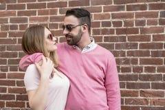 Bonheur de datation de couples voyageant utilisant le téléphone intelligent Image libre de droits