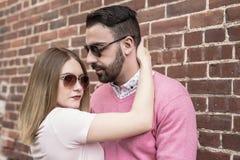 Bonheur de datation de couples voyageant utilisant le téléphone intelligent Photos stock