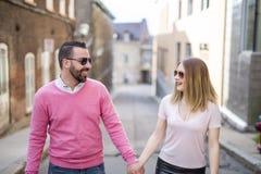 Bonheur de datation de couples voyageant utilisant le téléphone intelligent Images libres de droits