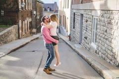 Bonheur de datation de couples voyageant utilisant le téléphone intelligent Photographie stock libre de droits
