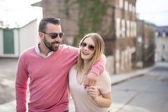 Bonheur de datation de couples voyageant utilisant le téléphone intelligent Image stock