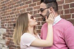 Bonheur de datation de couples voyageant utilisant le téléphone intelligent Photos libres de droits