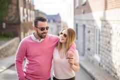 Bonheur de datation de couples voyageant utilisant le téléphone intelligent Photo libre de droits