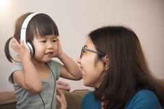 Bonheur de famille asiatique avec la jeune mère et peu de fille d'enfant Images libres de droits