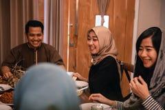 Bonheur de famille de hijrah quand appréciez la consommation iftar ensemble photos stock