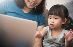Bonheur de la séance asiatique de famille et d'utilisation de l'ordinateur portable ensemble Images libres de droits