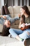 Bonheur et amitié Deux filles dans la chambre à coucher ayant l'amusement Photo stock
