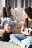 Bonheur et amitié Deux filles dans la chambre à coucher ayant l'amusement Images libres de droits