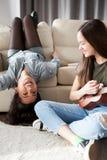 Bonheur et amitié Deux filles dans la chambre à coucher ayant l'amusement Photographie stock libre de droits