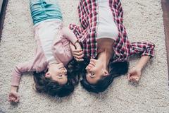 Bonheur et amour dans la famille Photo de vue supérieure du bonbon gai j Image stock