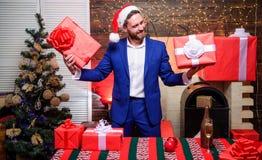 Bonheur et joie écartés Concept de générosité Cadeaux pour des collègues Lesquels est le mien Costume barbu d'usage d'homme d'aff images stock
