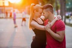 Bonheur extérieur de date de couples Romance d'amour Photographie stock libre de droits