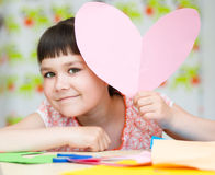 Bonheur - fille de sourire avec le coeur rose Image stock