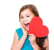Bonheur - fille de sourire avec le coeur rouge Image stock