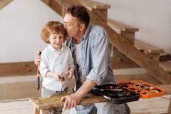 Bonheur masculin positif de sentiment d'enfant tout en étant avec le papa Photos stock