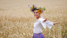 Bonheur, nature, vacances d'été, vacances et concept de personnes - jeune femme de sourire en guirlande des fleurs marchant le lo clips vidéos