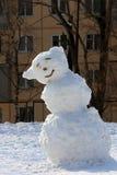 Bonhomme de neige à la fin de l'hiver sur le terrain de jeu images stock