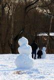 Bonhomme de neige à la fin de l'hiver sur le terrain de jeu photographie stock libre de droits