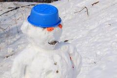 Bonhomme de neige à la fin de l'hiver sur le terrain de jeu photos libres de droits